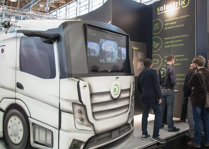 LOGO_Modell-Truck mit elektronischen Seitenspiegeln