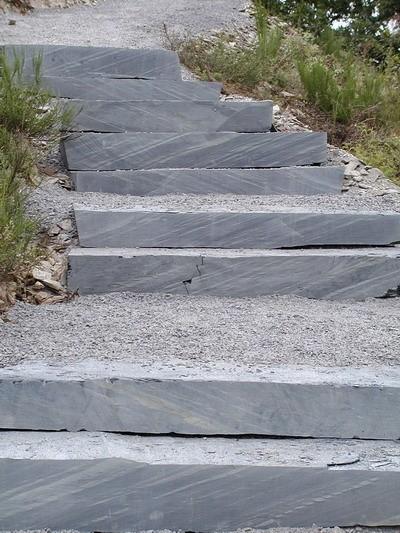LOGO_Massive Schiefer-Stufensteine