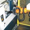 LOGO_Doppelgreifer an einer NC-Werkzeugmaschine