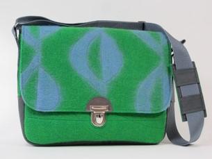 LOGO_Collegetasche aus grünem Filz mit Retromuster